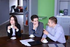 Портрет образованных студентов парней и девушки который связывают Стоковая Фотография RF