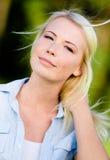 Портрет довольно белокурой женщины стоковое изображение rf