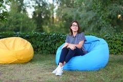 Портрет довольно женского кто сидело в стуле и представлять для photog Стоковое Изображение RF