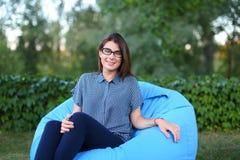 Портрет довольно женского кто сидело в стуле и представлять для photog Стоковая Фотография RF