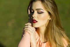 Портрет довольно запальчиво женщины в платье персика Стоковая Фотография