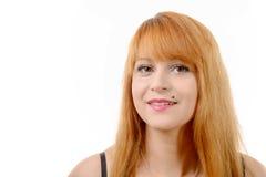 Портрет довольно молодого redhead с длинными волосами, на белизне стоковая фотография rf