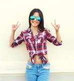 Портрет довольно молодой тонкой женщины в солнечных очках Стоковое Изображение RF