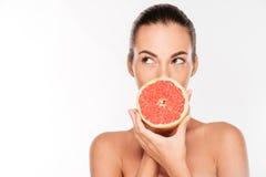 Портрет довольно привлекательной молодой женщины держа свежий грейпфрут Стоковые Изображения RF