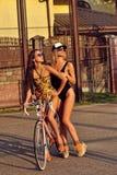 Портрет довольно сексуальных молодых женщин в купальниках с велосипедом Стоковое Изображение