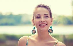 Портрет довольно счастливой женщины, усмехаясь стоковое изображение