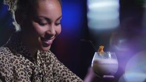 Портрет одиночной очаровательной женщины выпивая на баре акции видеоматериалы