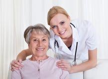 Портрет доктора и пациента сидя на кресле Стоковая Фотография