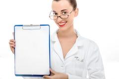 Портрет доктора молодой женщины на белой предпосылке Стоковые Фотографии RF