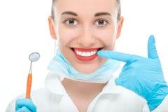 Портрет доктора молодой женщины на белой предпосылке Стоковое Изображение RF