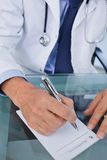 Портрет доктора писать рецепт Стоковые Фотографии RF