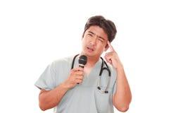 Портрет доктора смотря неловкий стоковая фотография