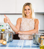 Портрет домохозяйки представляя на кухне Стоковая Фотография RF