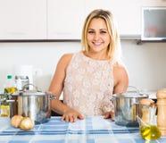 Портрет домохозяйки представляя на кухне Стоковое фото RF