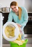 Портрет домохозяйки с постельным бельем около шайбы Стоковое Изображение