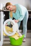 Портрет домохозяйки с постельным бельем около шайбы Стоковое Фото