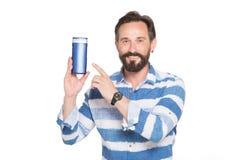 Портрет оптимистического бородатого человека представляя бутылку thermos стоковые фотографии rf