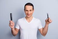 Портрет опытного, аккуратный, специалист волос брюнет, havin стилизатора стоковая фотография