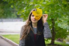 Портрет осени внешний красивой счастливой девушки идя в парк Стоковые Изображения