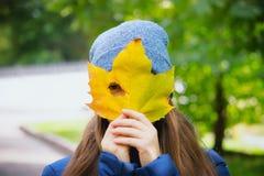 Портрет осени внешний красивой счастливой девушки идя в парк Стоковые Фото