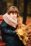 Портрет осени внешний красивой счастливой девушки ребенка идя в парк или лес Стоковое Изображение RF