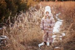 Портрет осени девушки в бежевой куртке и белой шляпе идя в поле Стоковые Фото