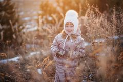 Портрет осени девушки в бежевой куртке и белой шляпе идя в поле Стоковые Фотографии RF