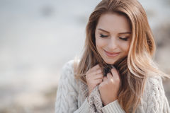 Портрет осени красивой женщины около моря стоковое изображение rf