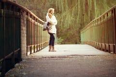 Портрет осени красивой молодой женщины на мосте Стоковое Фото