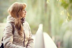 Портрет осени красивой молодой женщины на мосте Стоковые Изображения RF