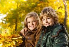 Портрет осени мальчика и девушки Стоковое Изображение