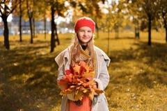 Портрет осени милой девушки в красных шляпе и пальто стоковые изображения rf