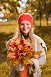 Портрет осени милой девушки в красных шляпе и пальто стоковое изображение