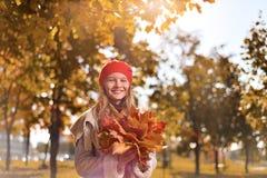 Портрет осени милой девушки в красных шляпе и пальто стоковая фотография