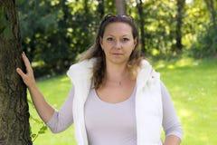 Портрет осени очаровательной женщины outdoors Стоковые Фото