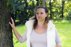 Портрет осени очаровательной женщины outdoors Стоковая Фотография