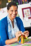 Портрет лоскутного одеяла женщины шить Стоковые Изображения