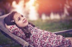 Портрет ослаблять, маленькая девочка крупного плана стоковое фото