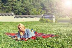 Портрет остатков молодой женщины в усмехаться парка Стоковые Фотографии RF