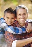 Портрет отца и сына в сельской местности стоковые фотографии rf