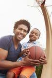 Портрет отца и сына на баскетбольной площадке стоковое фото rf