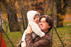 Портрет отца и сын в осени паркуют Стоковое Фото