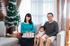 Портрет отца, матери и его маленькой дочери сидя на a стоковая фотография rf
