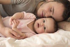 Портрет отца с дочерью младенца Стоковые Фото