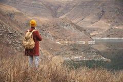 Портрет от задней части путешественника девушки на предпосылке озера в горах в осени или предыдущей весне стоковое фото rf