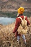 Портрет от задней части путешественника девушки на предпосылке озера в горах в осени или предыдущей весне стоковые изображения rf