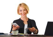 Портрет офиса корпоративный молодой красивой и счастливой работы бизнес-леди ослабил на усмехаться стола портативного компьютера  стоковое изображение rf