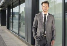 Портрет офисного здания красивого молодого бизнесмена стоящего внешнего Стоковые Фотографии RF