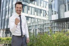 Портрет офисного здания успешного бизнесмена стоящего внешнего Стоковое Изображение RF