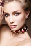 Портрет очарования красивой модели женщины с свежим ежедневным составом и романтичным стилем причёсок Стоковая Фотография